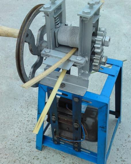 下滚轮与刀片之间的距离采用圆柱形平衡螺杆自由调节,使剥出的篾片竹